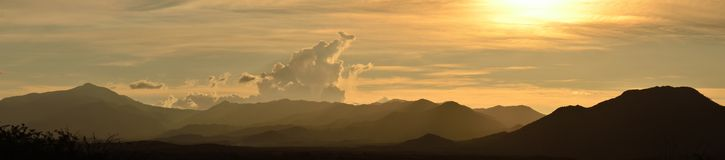 Panoramautsikt av solnedgången över bergen av Mexico. Fotografering för Bildbyråer