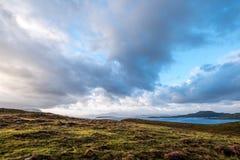 Panoramautsikt av sommaröarna på skymning som tas från fastlandet, nord av Polbain på västkusten av Skottland arkivfoton