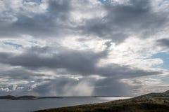 Panoramautsikt av sommaröarna på skymning som tas från fastlandet, nord av Polbain på västkusten av Skottland royaltyfri fotografi
