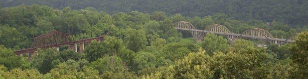 Panoramautsikt av stål- och träplanskild korsningbroar royaltyfri bild