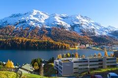 Panoramautsikt av St Moritz Lake och snö-täckt berg Arkivfoto
