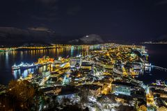 Panoramautsikt av staden av Alesund vid natt från den Aksla kullen arkivbilder