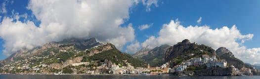 Panoramautsikt av staden av Amalfi med kustlinjen, Italien Arkivbild