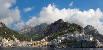 Panoramautsikt av staden av Amalfi med kustlinjen, Italien royaltyfri fotografi