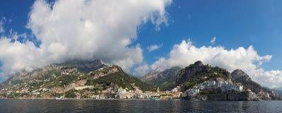 Panoramautsikt av staden av Amalfi med kustlinjen, Italien royaltyfria foton
