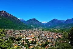 Panoramautsikt av staden av Domodossola, Italien arkivfoto