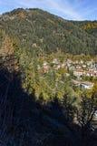 Panoramautsikt av staden av Shiroka Laka och Rhodope berg, Bulgarien fotografering för bildbyråer