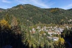 Panoramautsikt av staden av Shiroka Laka och Rhodope berg, Bulgarien arkivfoto