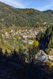 Panoramautsikt av staden av Shiroka Laka och Rhodope berg, Bulgarien arkivfoton