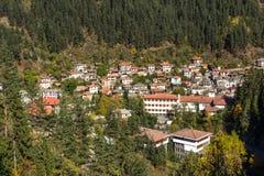 Panoramautsikt av staden av Shiroka Laka och Rhodope berg, Smolyan region royaltyfri fotografi
