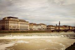 Panoramautsikt av staden av Florence Stormmoln täcker himlen arkivfoton