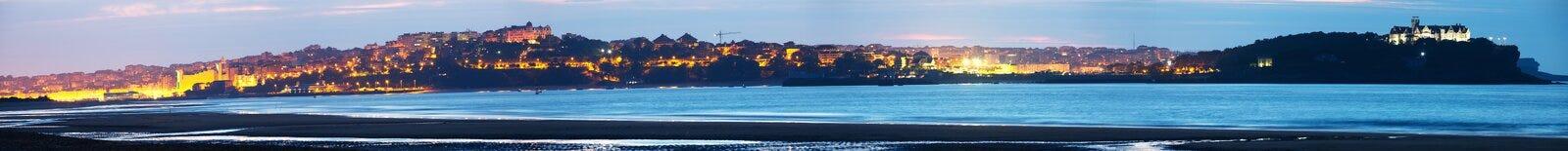 Panoramautsikt av staden från fjärden av Santander i afton Royaltyfri Bild