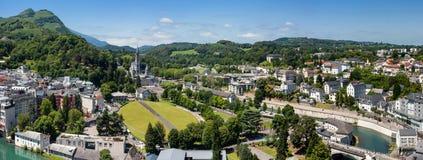 Panoramautsikt av staden Lourdes - fristaden av vår dam av Lourdes Royaltyfri Bild
