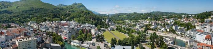 Panoramautsikt av staden Lourdes - fristaden av vår dam av Lourdes Arkivfoto