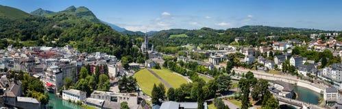 Panoramautsikt av staden Lourdes - fristaden av vår dam av Lourdes Royaltyfri Fotografi