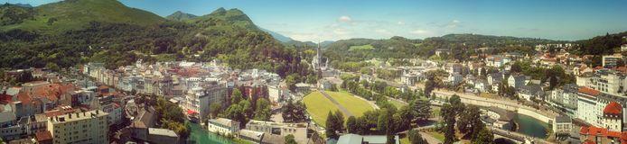 Panoramautsikt av staden Lourdes - fristaden av vår dam av Lourdes Fotografering för Bildbyråer