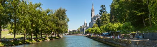 Panoramautsikt av staden Lourdes - fristaden av vår dam av Lourdes Royaltyfria Foton