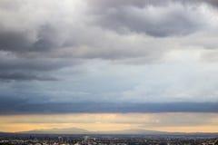 Panoramautsikt av staden av Monterrey, Nuevo Leà ³ n i México, dess berg och molnen arkivfoto