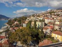 Panoramautsikt av staden nära havet och bergen fotografering för bildbyråer