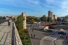 Panoramautsikt av staden av Nis och bron över den Nisava floden, Serbien royaltyfri bild