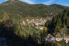 Panoramautsikt av staden av Shiroka Laka och Rhodope berg, Bulgarien arkivbild