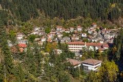 Panoramautsikt av staden av Shiroka Laka och Rhodope berg, Bulgarien royaltyfri fotografi