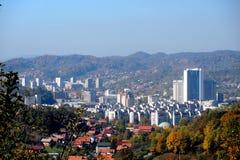 Panoramautsikt av staden av Tuzla från öst royaltyfri bild