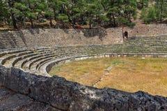 Panoramautsikt av stadion på den arkeologiska platsen för gammalgrekiska av Delphi, Grekland arkivfoto