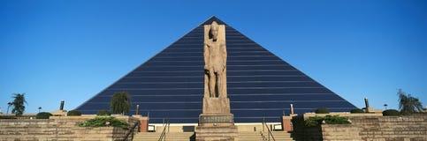 Panoramautsikt av statyn av Ramses på ingången av pyramidsportarenan i Memphis, TN royaltyfri bild