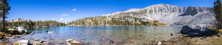 Panoramautsikt av Steelhead sjön, östliga toppiga bergskedjor fotografering för bildbyråer