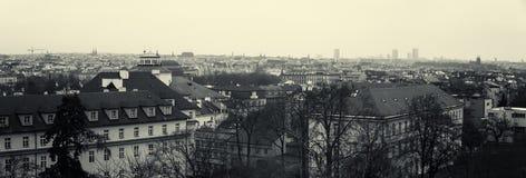Panoramautsikt av taken av gamla Prague. Sepia. Stiliserad film. Stora korn Royaltyfria Bilder