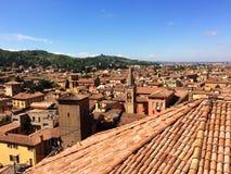 Panoramautsikt av taken av bolognaen, Italien arkivfoto