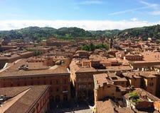 Panoramautsikt av taken av bolognaen, Italien royaltyfria foton