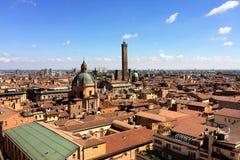 Panoramautsikt av taken av bolognaen, Italien royaltyfri foto