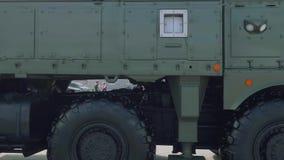 Panoramautsikt av taktisk iskander-m för system för ballistisk missil på pansarutställning lager videofilmer