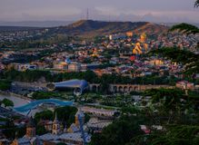 Panoramautsikt av Tbilisi i skymningen georgia arkivbild