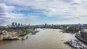 Panoramautsikt av Thameset River och Canary Wharf i backgren Royaltyfri Fotografi