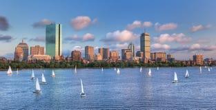 Panoramautsikt av theBostonhorisont över Charles River Bas Arkivfoto
