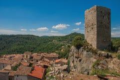 Panoramautsikt av tornet överst av kullen med Châteaudouble under Arkivbild