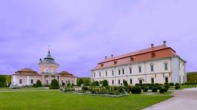 Panoramautsikt av trädgården av slotten i Zolochiv, Ukraina JUNI 02 2018 royaltyfria foton
