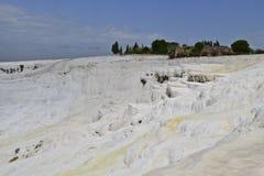 Panoramautsikt av travertineterrasser på Pamukkale arkivfoton