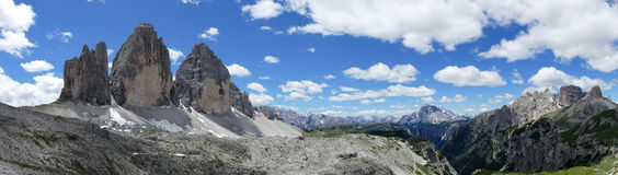 Panoramautsikt av Tre Cime di Lavaredo Dolomites Italy Arkivfoto