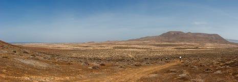 Panoramautsikt av turister på mountainbiken under en vulkanisk krater La Graciosa, Lanzarote, kanariefågelöar, Spanien Royaltyfri Foto