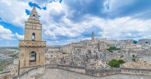 Panoramautsikt av typiska stenar Sassi di Matera och kyrkan av europeisk huvudstad för Matera UNESCO av kultur 2019 under blå him lager videofilmer
