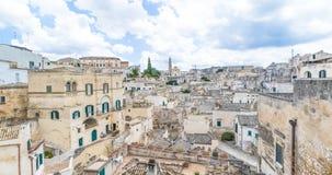 Panoramautsikt av typiska stenar Sassi di Matera och kyrkan av europeisk huvudstad för Matera UNESCO av kultur 2019 under blå him stock video