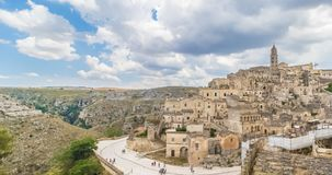 Panoramautsikt av typiska stenar Sassi di Matera och kyrkan av europeisk huvudstad för Matera UNESCO av kultur 2019 under blå him arkivfilmer