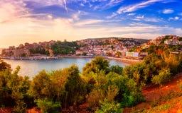 Panoramautsikt av Ulcinj på solnedgången, medeltida medelhavs- stad, turist- semesterort för populär sommar i Montenegro royaltyfri bild