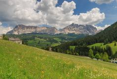 Panoramautsikt av Val Badia i den italienska regionen av södra Tyrol arkivfoto
