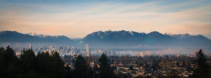 Panoramautsikt av Vancouver och bergen arkivfoton