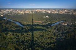 Panoramautsikt av Vilnius, Litauen från tvtorn Arkivfoto